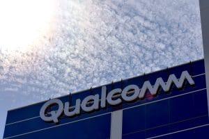 Prédio da Qualcomm com céu e nuvens