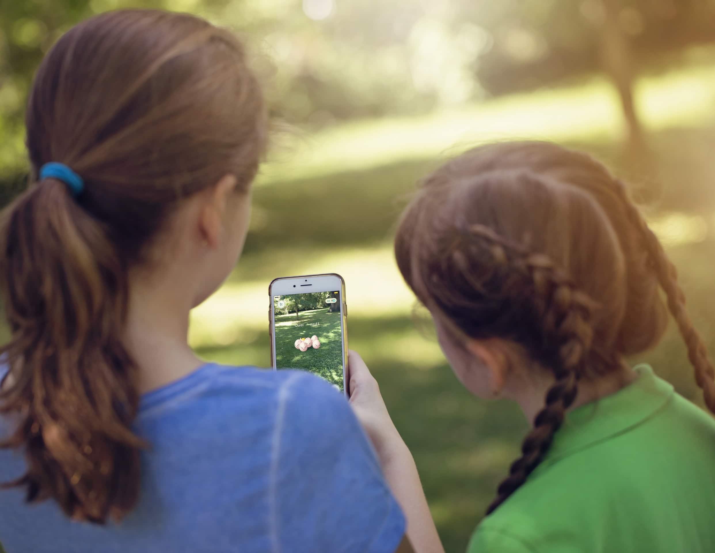 Crianças usando iPhone