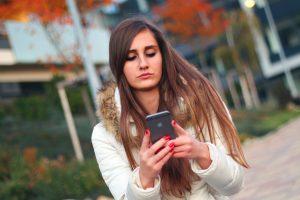 Mulher lendo no iPhone