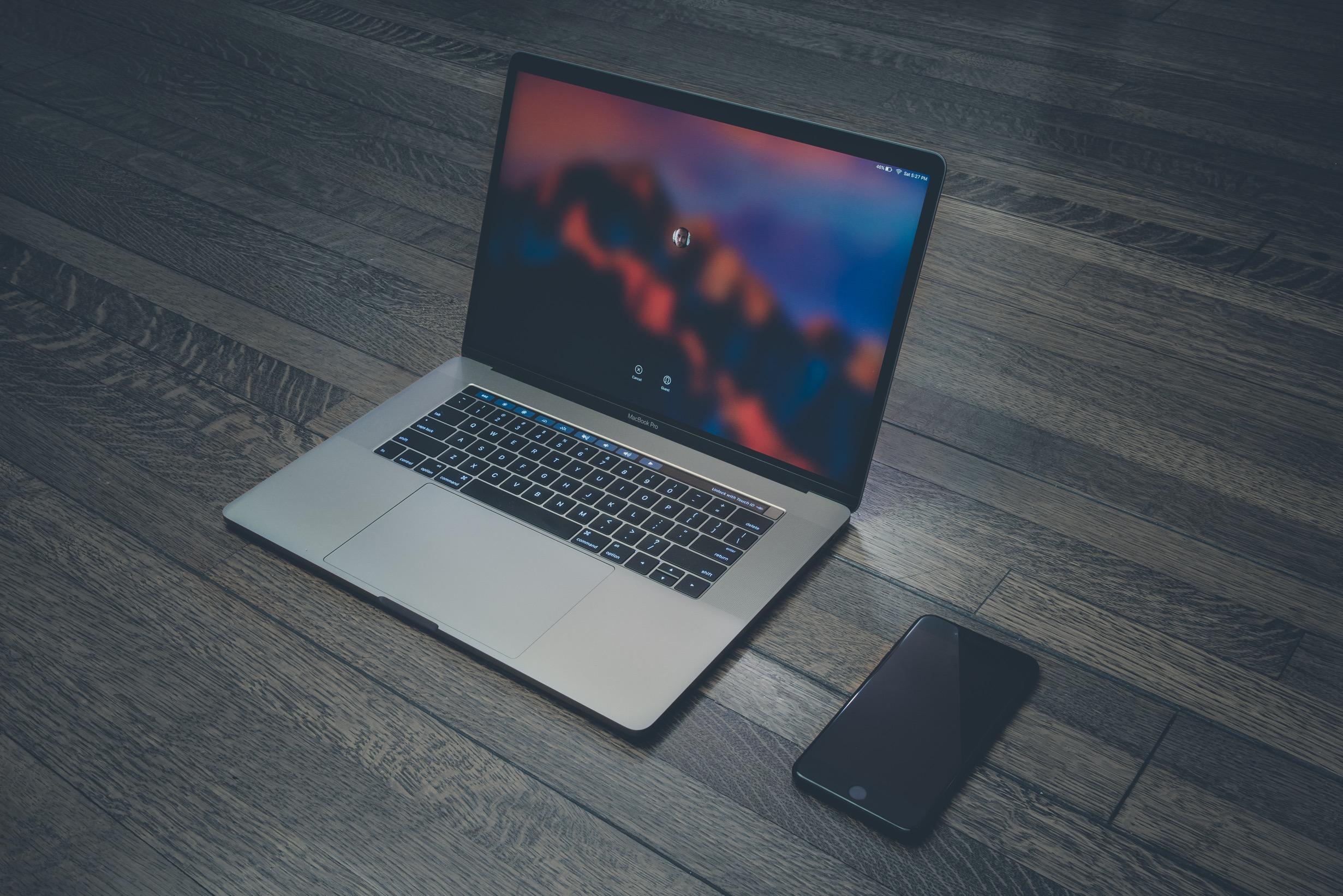 MacBook Pro com iPhone ao lado