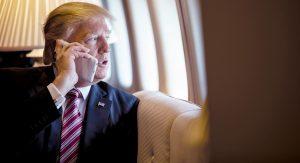 Donald Trump usando um iPhone