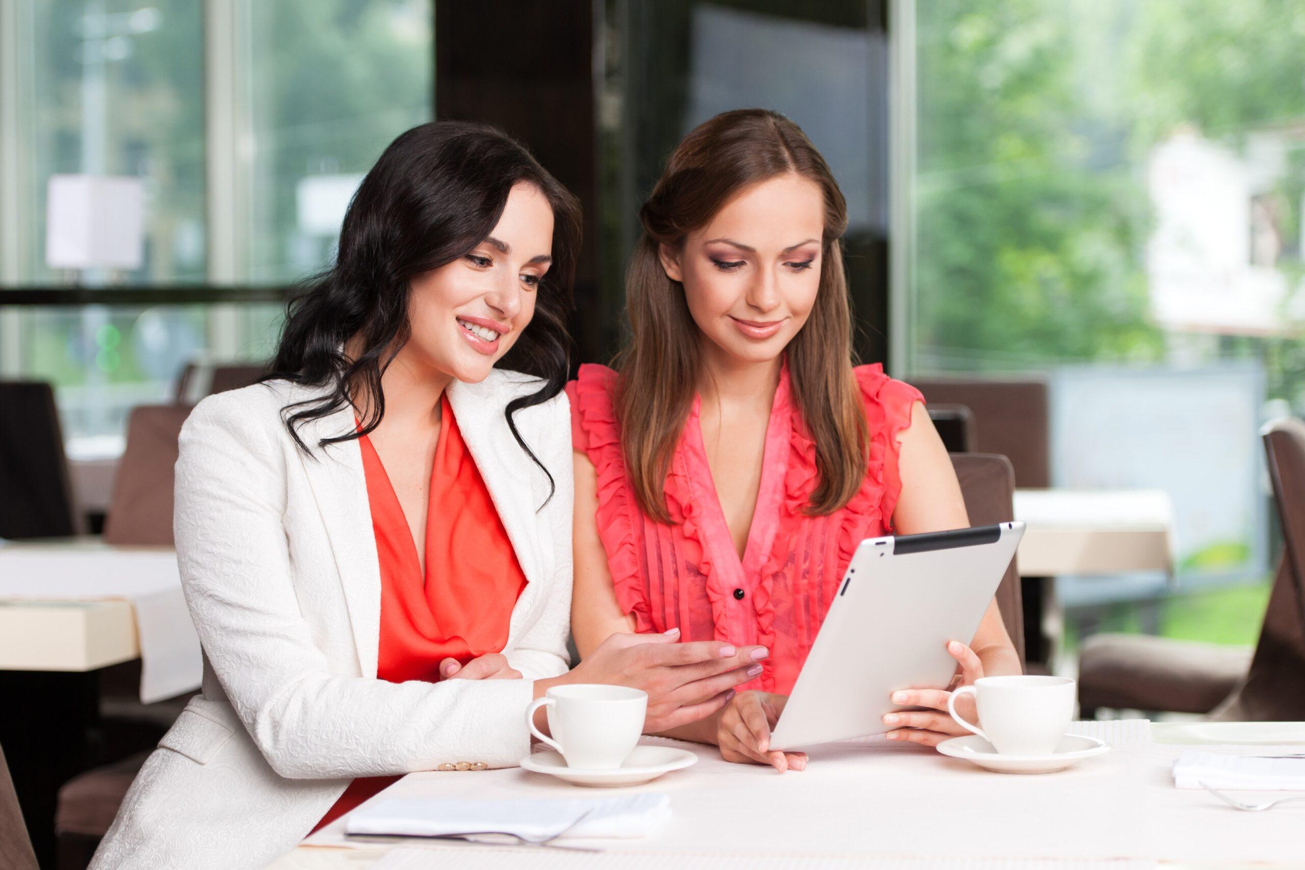 Duas mulheres lendo em iPad