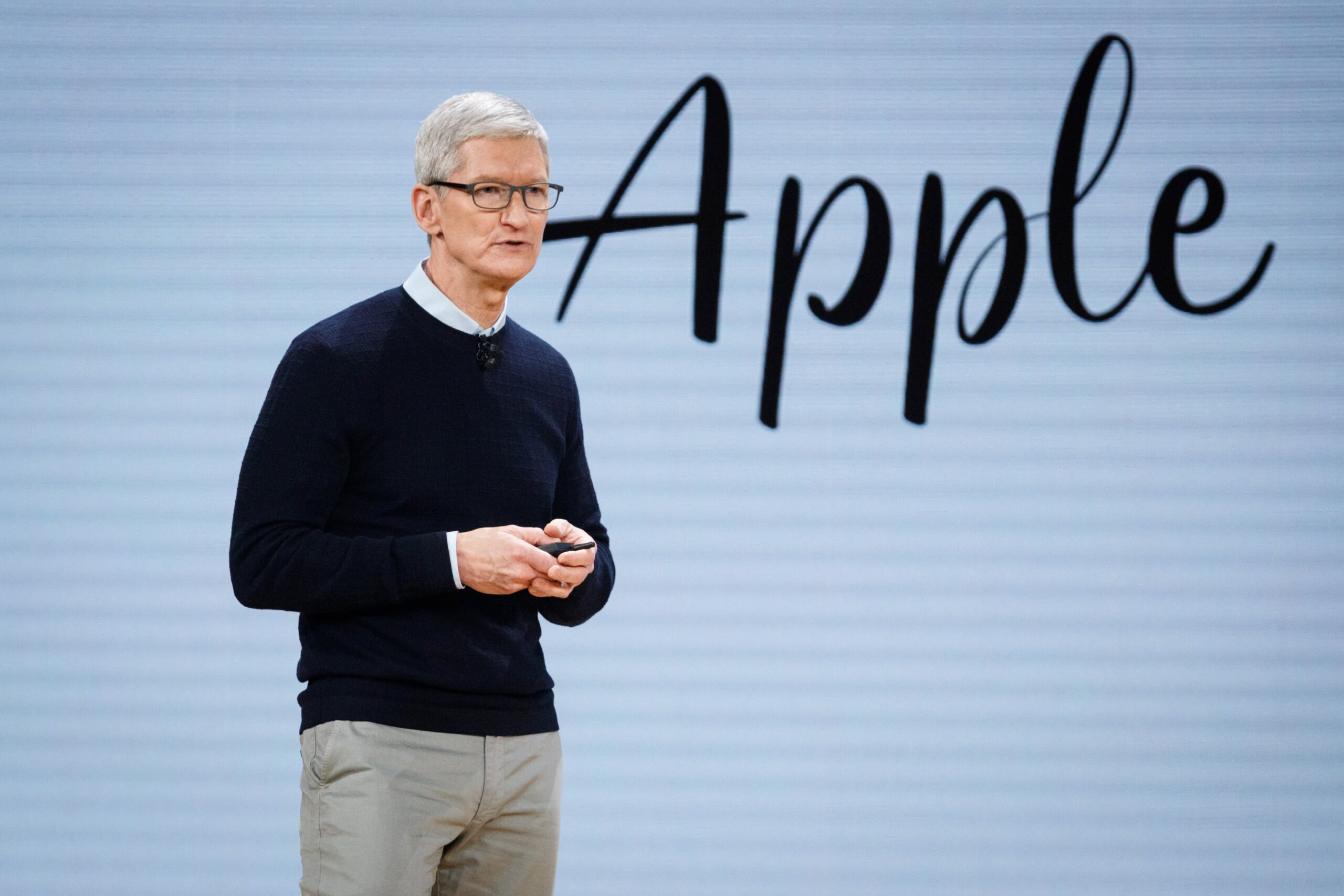 """Tim Cook com o nome """"Apple"""" atrás numa keynote"""