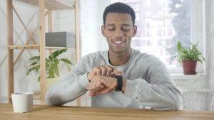 Pessoa usando um Apple Watch