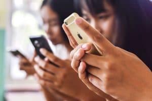Asiáticos usando smartphones