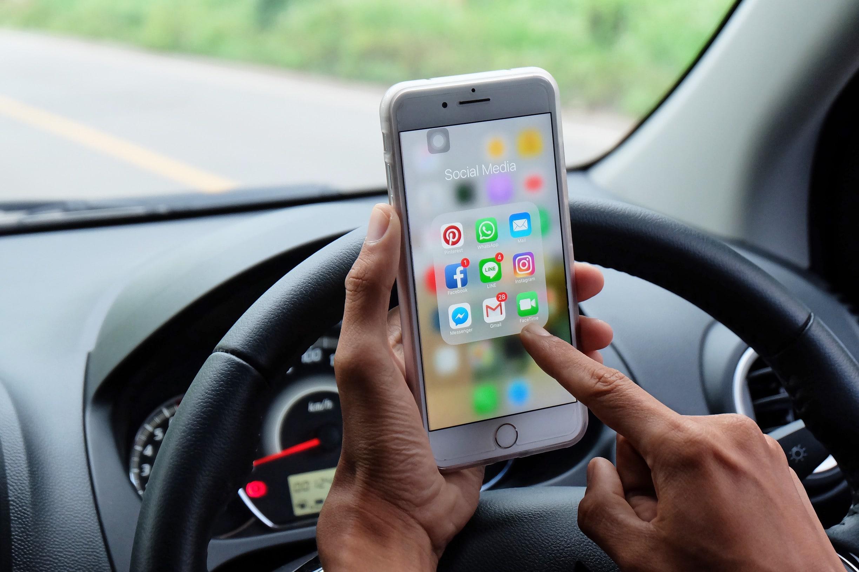 Usando o iPhone enquanto dirige