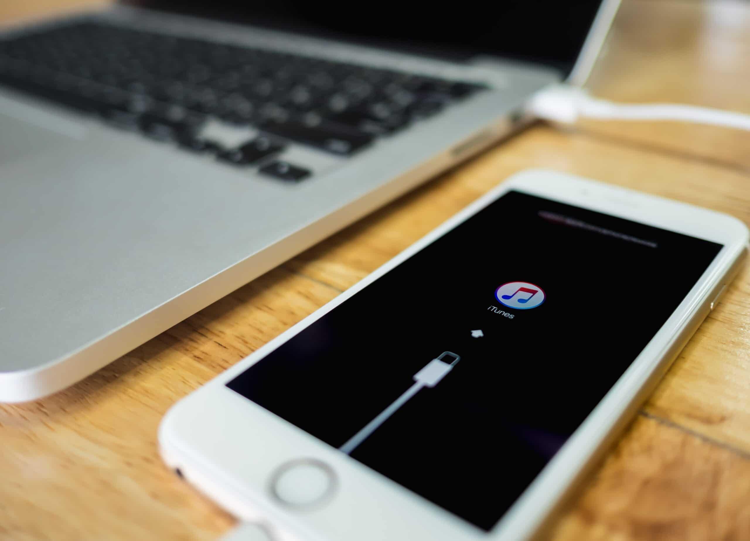 iPhone conectado ao iTunes via USB