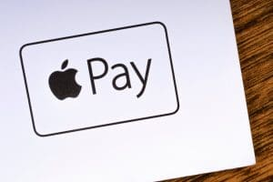 Logo do Apple Pay numa mesa