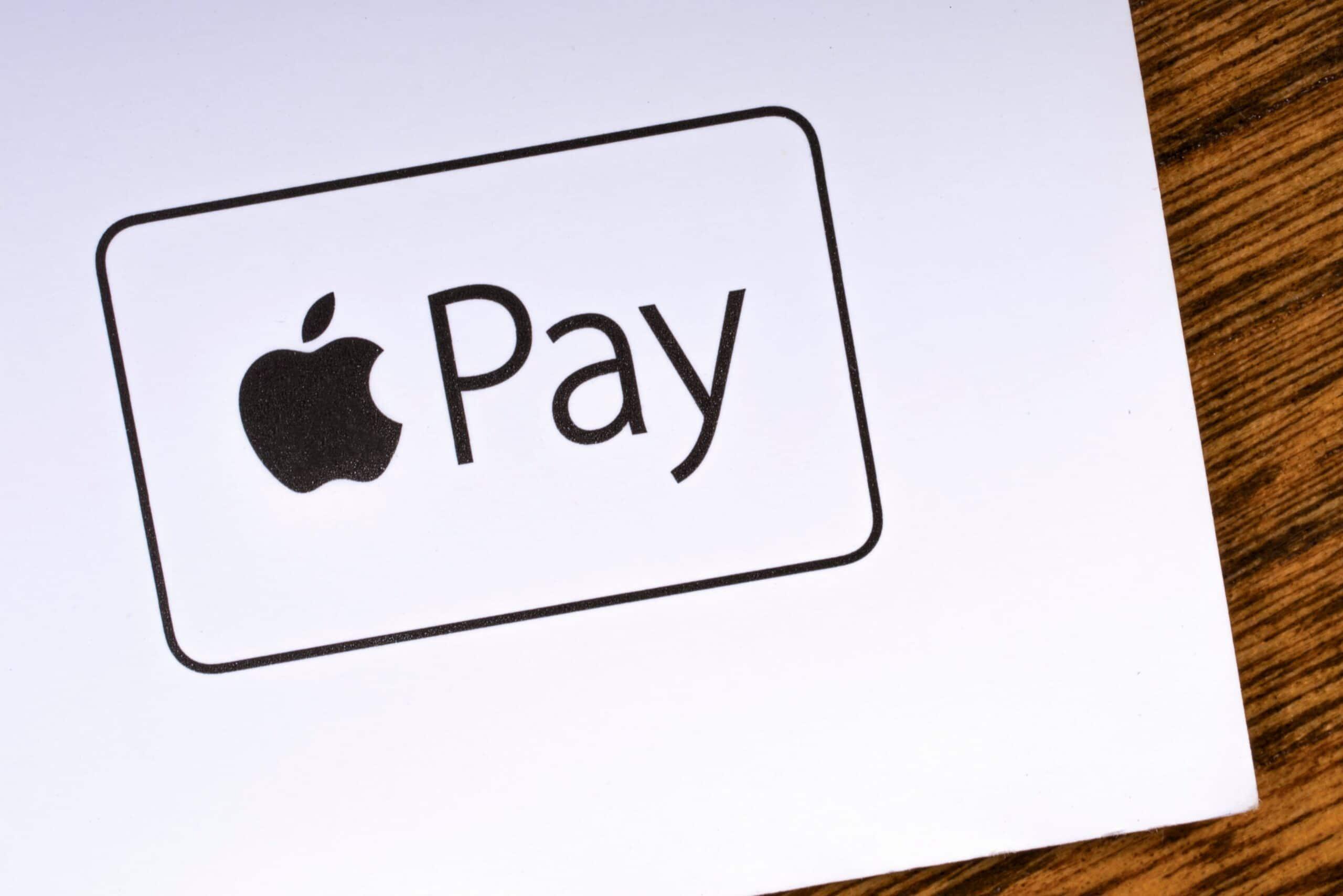 Logo do Apple Pay numa mesa