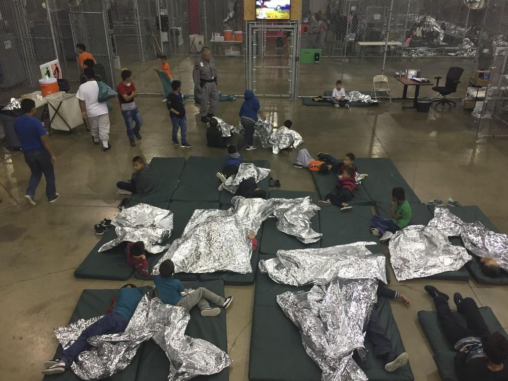 Abrigo para menores separados dos pais próximo à fronteira com o México