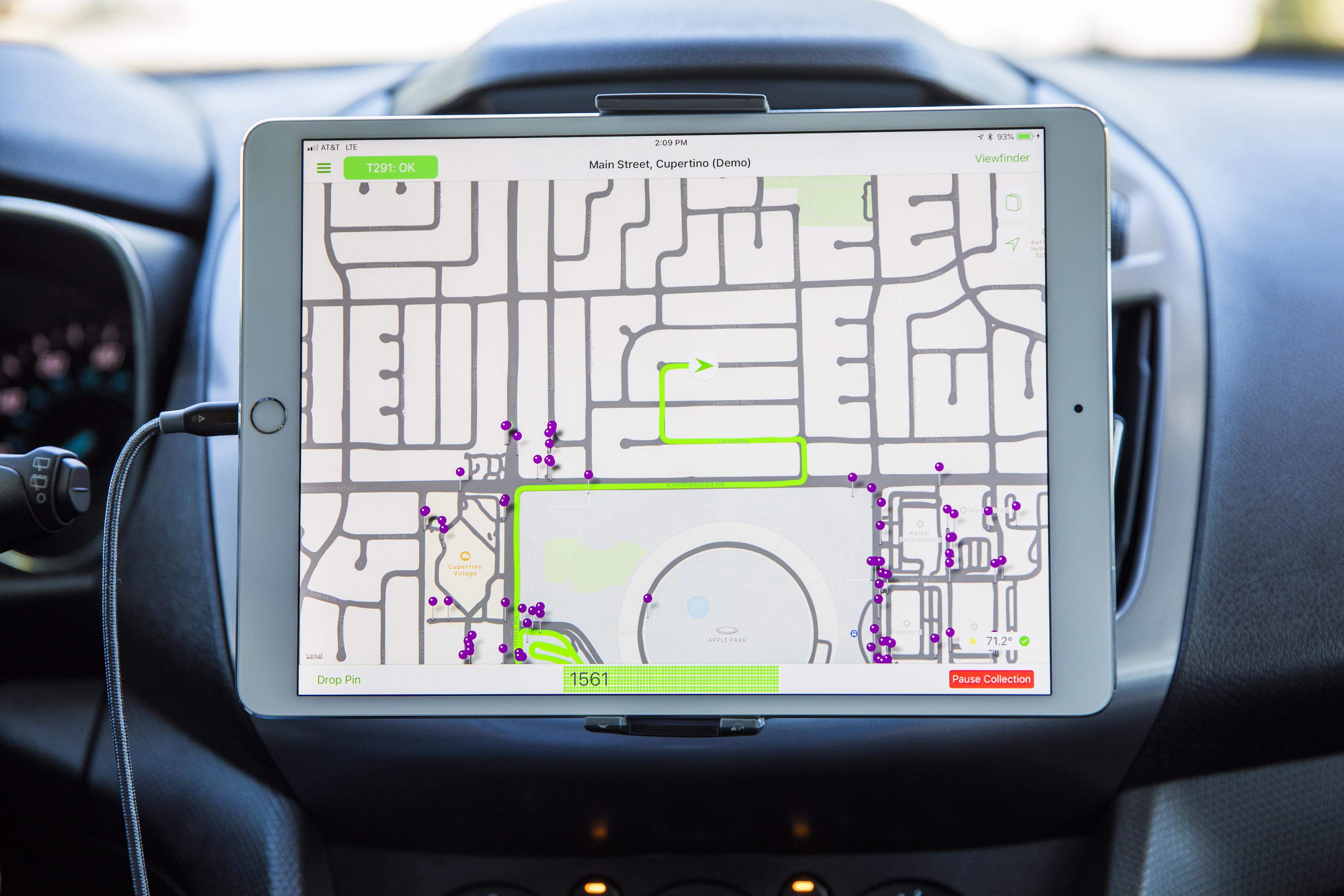 iPad em veículo utilizado para captura dos mapas da Apple