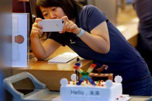 Japonesa tirando foto com um iPhone X