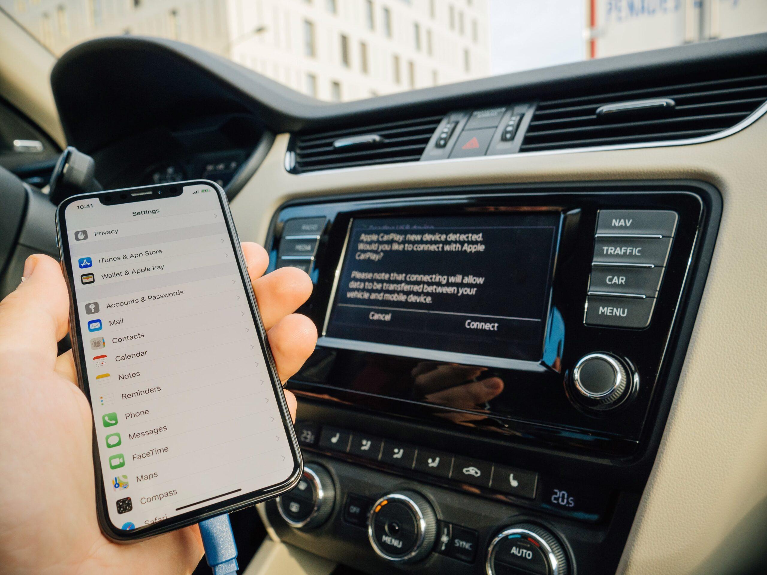 iPhone X sendo usado dentro de um carro