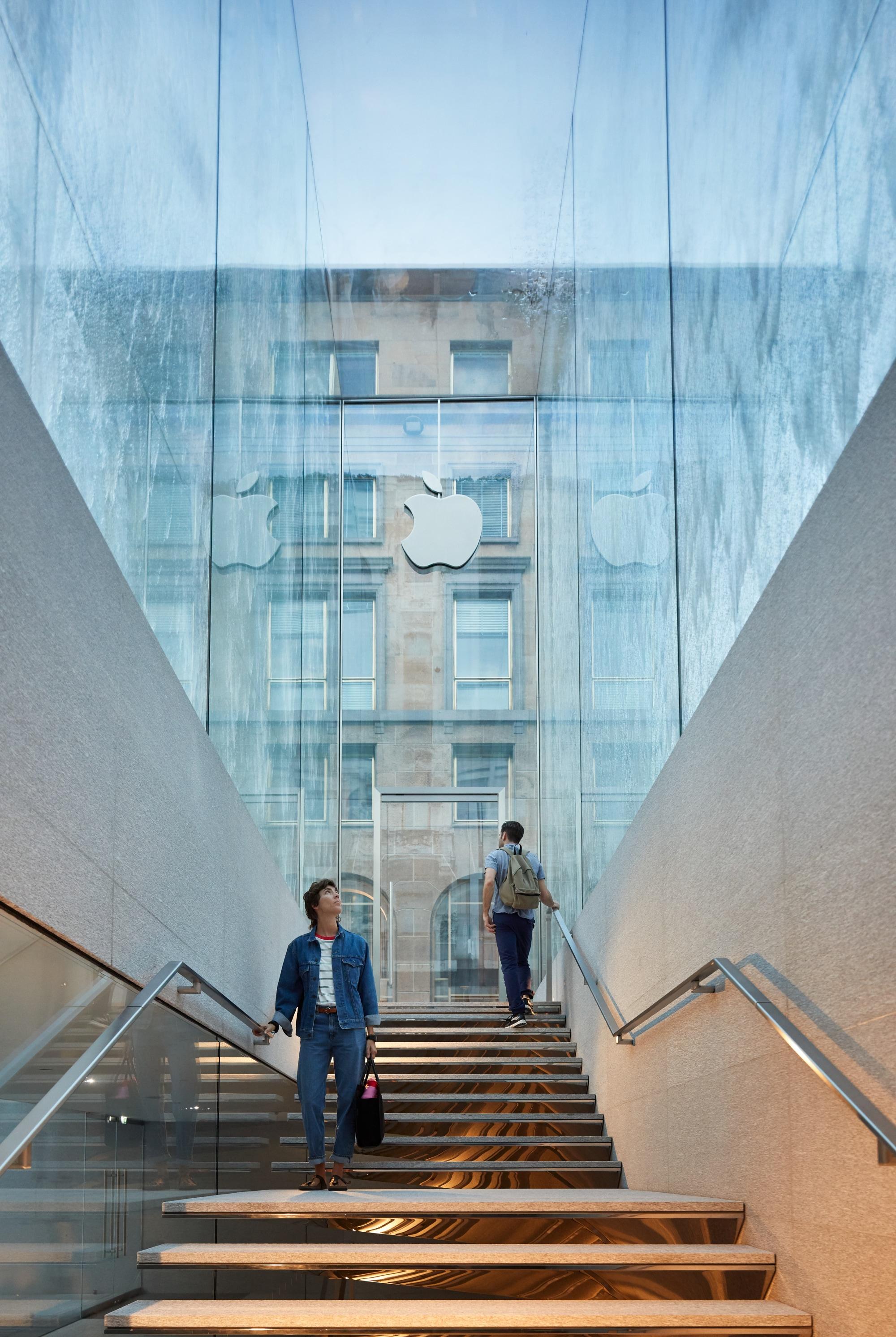 Escadas da Apple Piazza Liberty, em Milão
