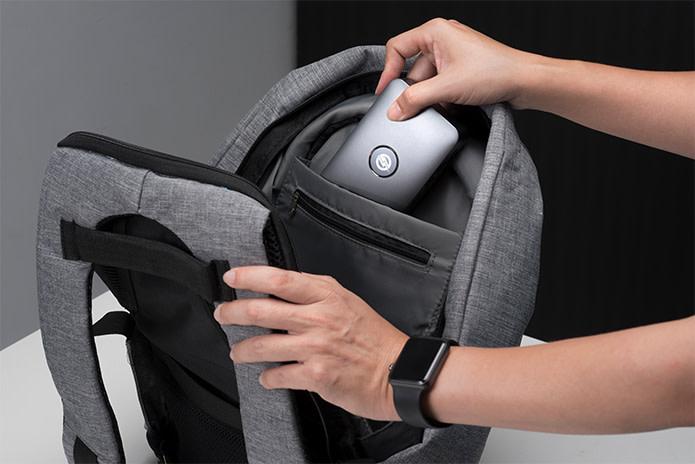 iMate sendo colocado dentro de uma mochila