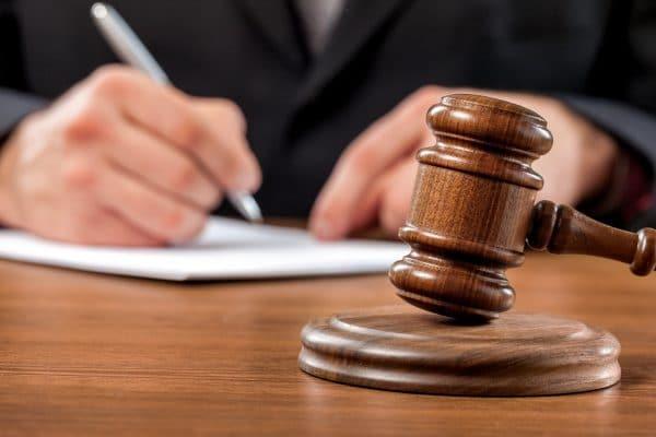 Martelo de juiz em tribunal