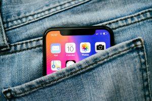 iPhone X no bolso de uma calça