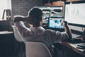 Homem observando gráficos de ações