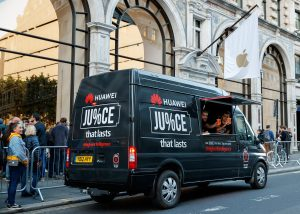 Van da Huawei em frente a Apple Store em Londres