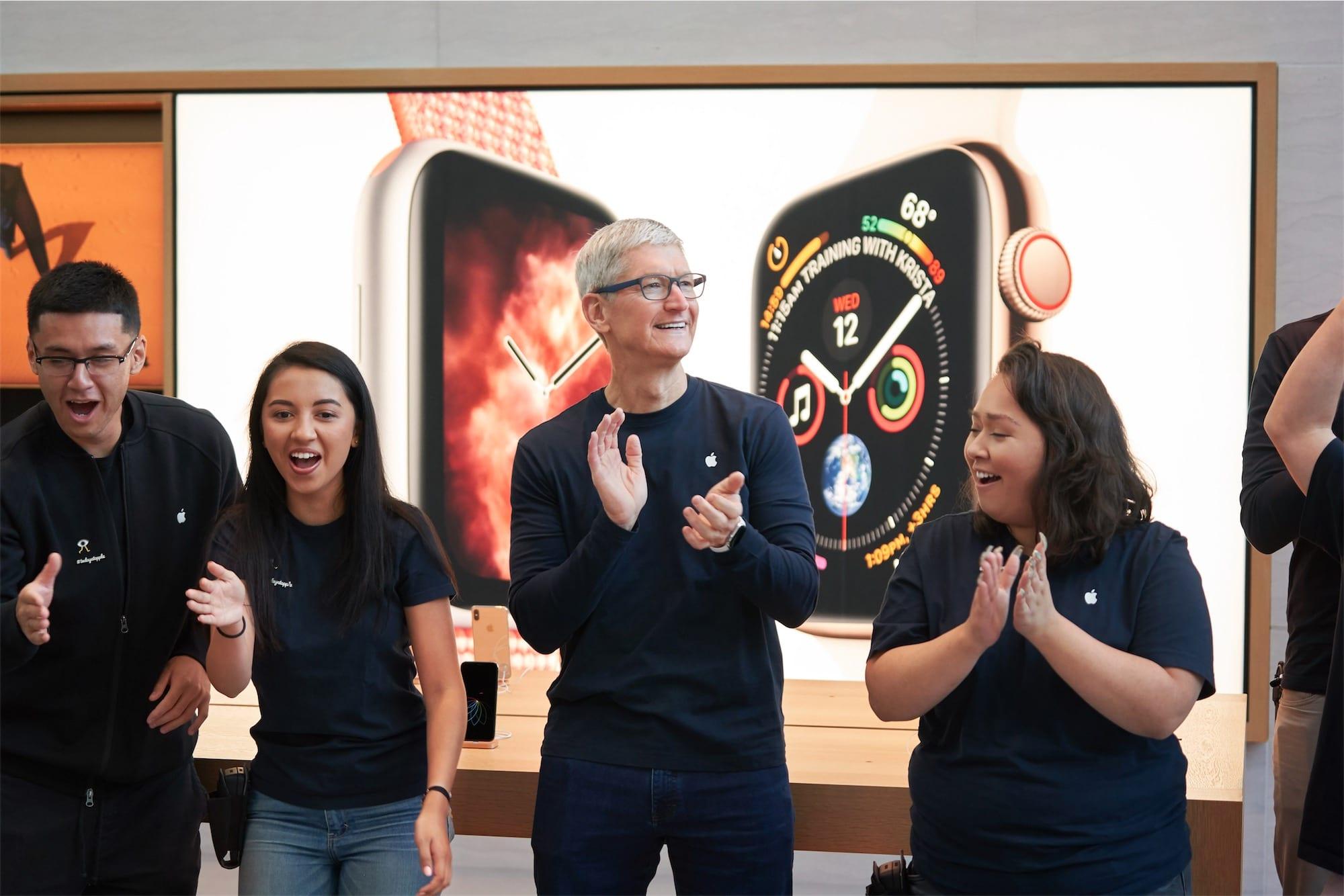 Tim Cook em lançamento dos novos iPhones e Apple Watch em lojas da Apple