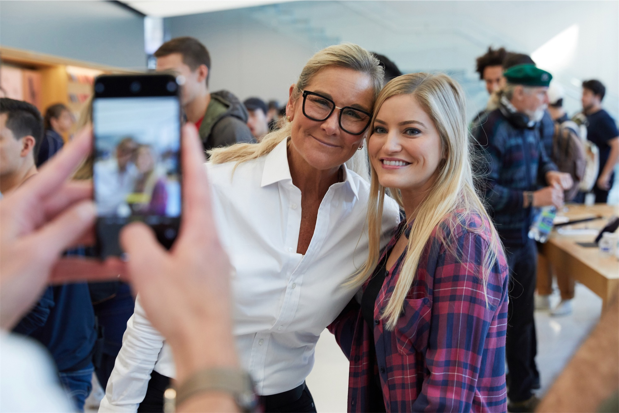 Angela Ahrendts em lançamento dos novos iPhones e Apple Watch em lojas da Apple