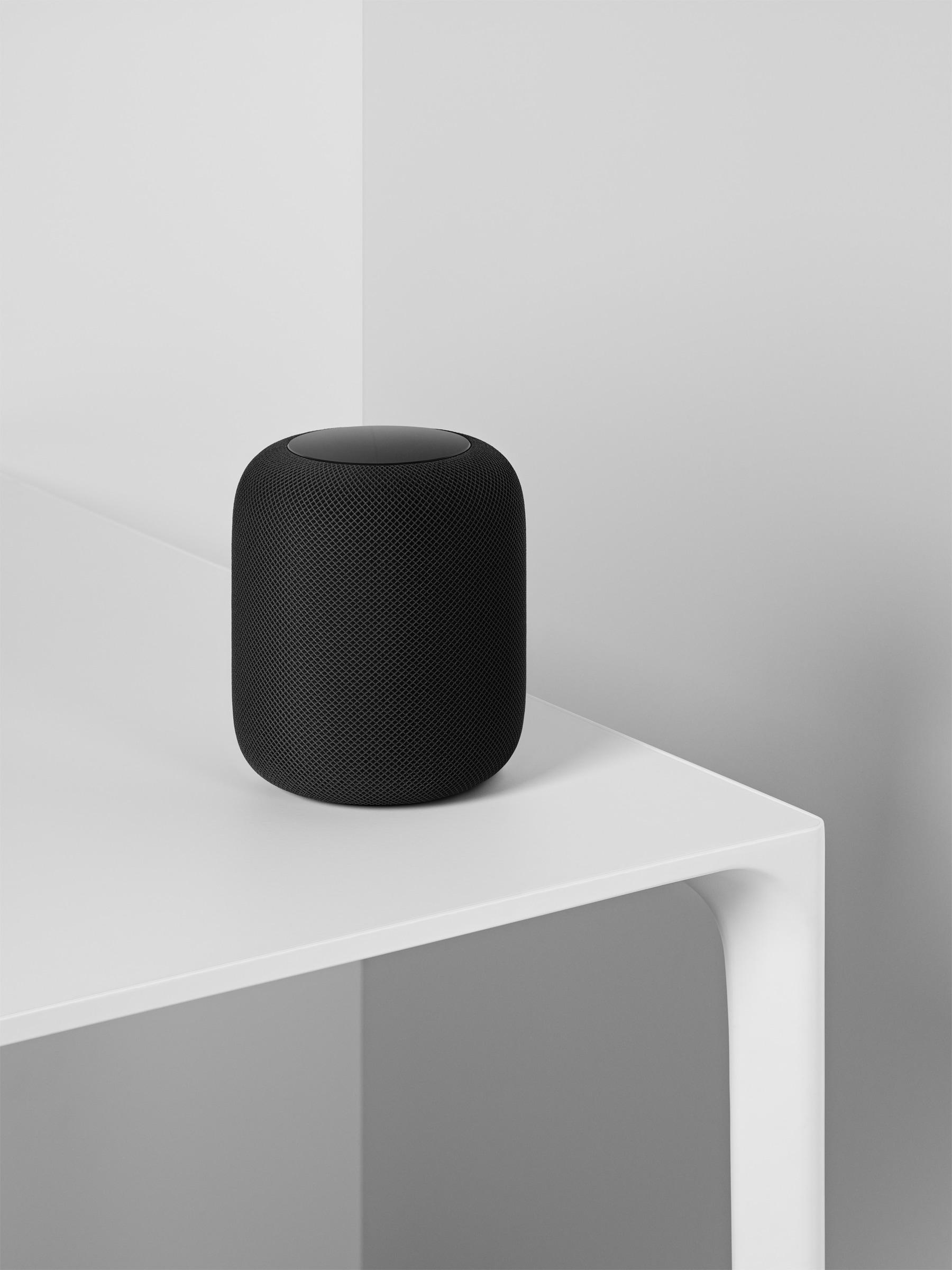 HomePod preto no canto de uma mesa branca