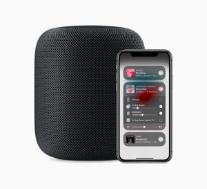 HomePod preto com iPhone X controlando o AirPlay