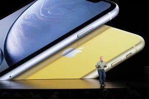 Phil Schiller apresentando o iPhone Xr amarelo