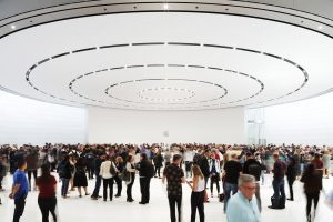 Área de hands-on do Steve Jobs Theater no Apple Park