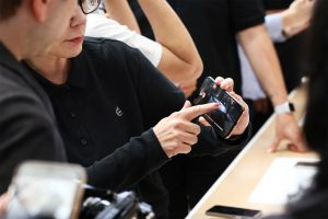 Pessoa experimentando o iPhone Xs