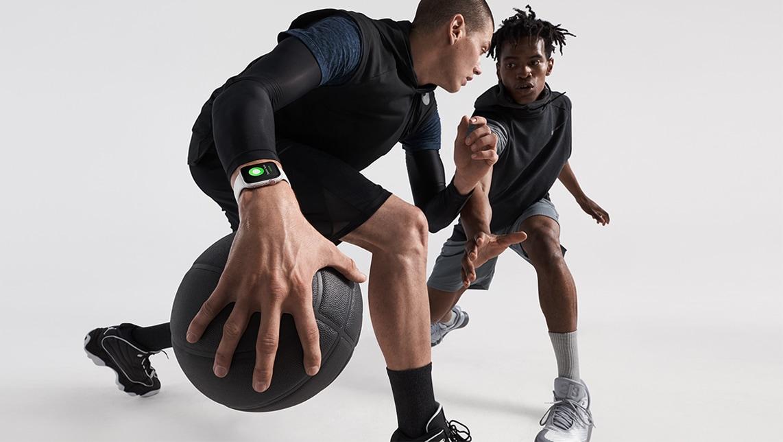Jogadores de basquete com o Apple Watch Series 4