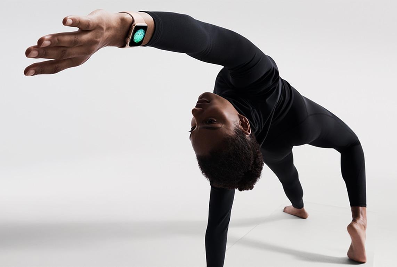 Pessoa fazendo ioga com o Apple Watch Series 4