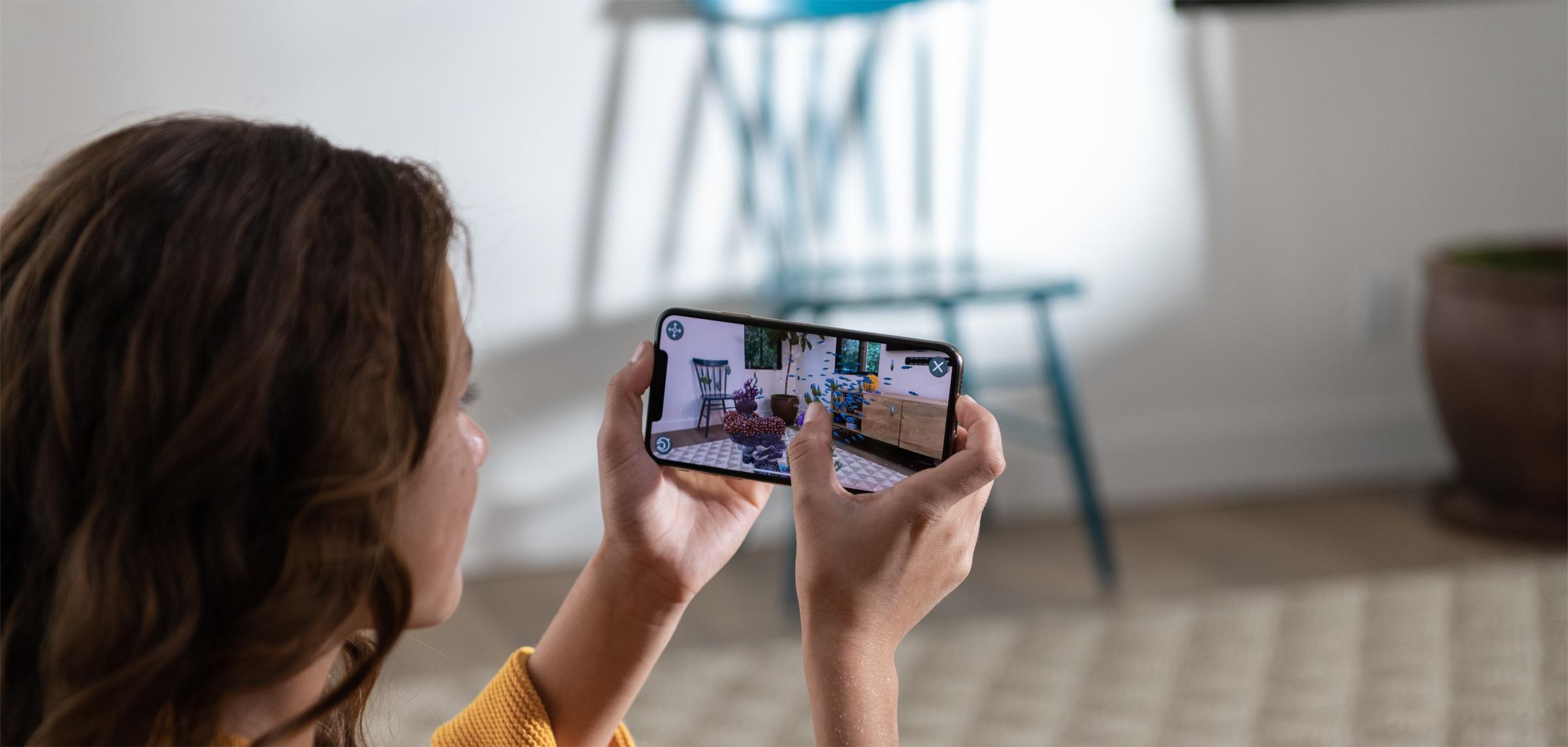 Pessoa brincando com AR no iPhone Xs