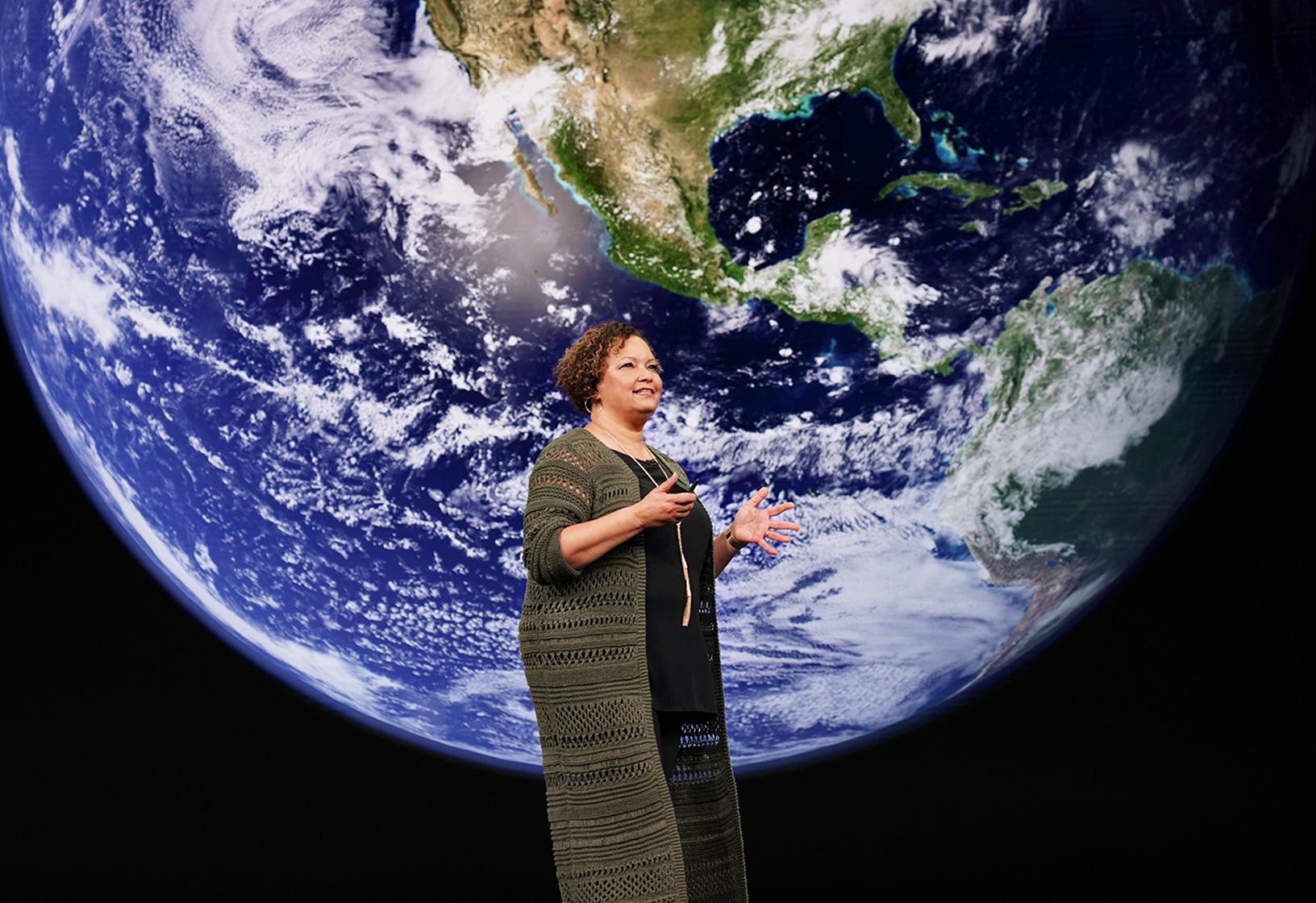 Lisa Jackson em keynote da Apple com o planeta Terra atrás