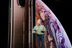 Phil Schiller apresentando o iPhone Xs dourado