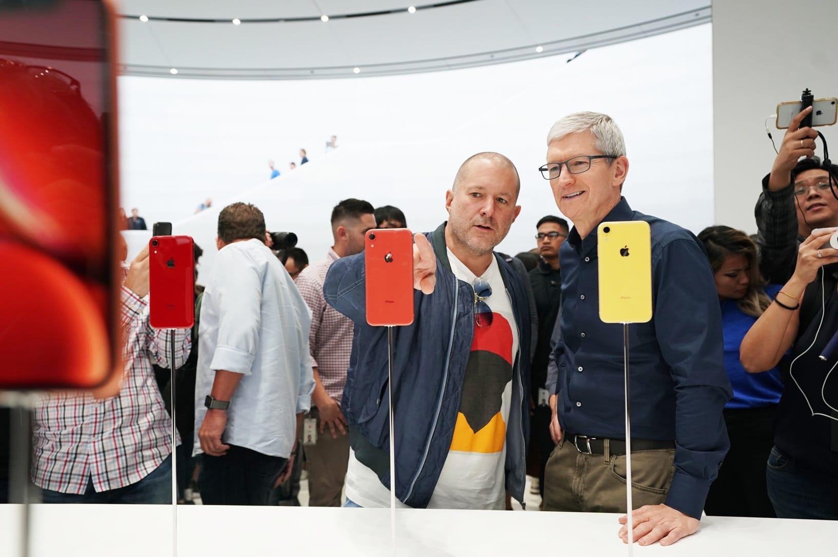 Jony Ive e Tim Cook na área de hands-on com o iPhone Xr