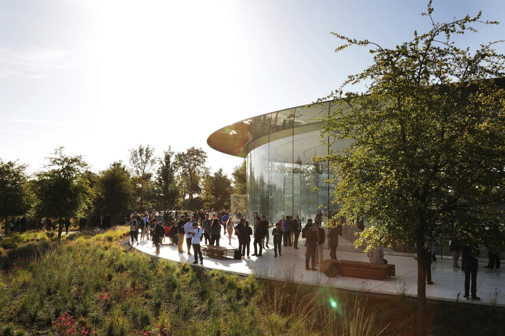 Steve Jobs Theater de fora com convidados para o evento especial