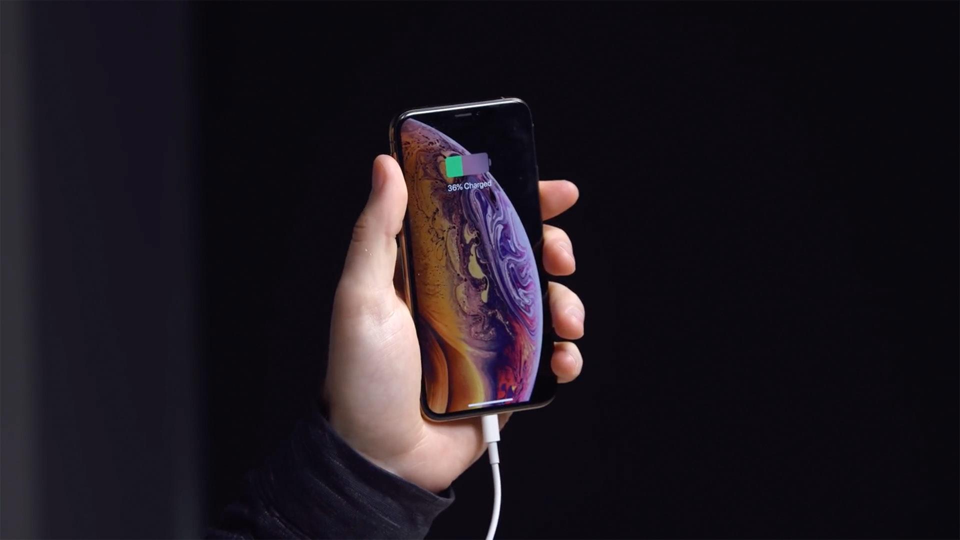 iPhone XS Max sendo recarregado (Unbox Therapy)