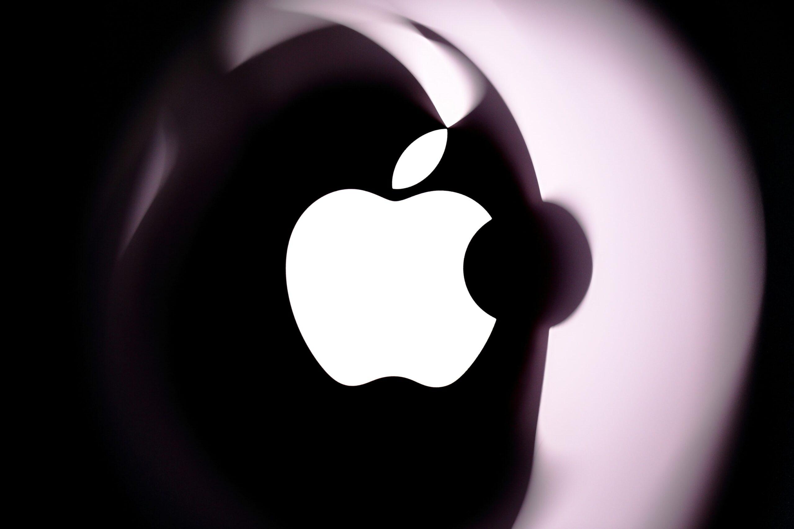 Logo da Apple refletido em algum produto