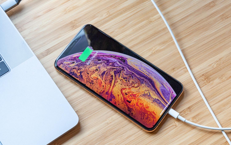 iPhone XS Max sendo recarregado
