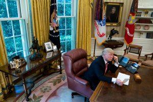 Donald Trump usando o telefone na Casa Branca