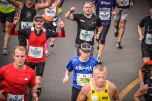 Michel correndo uma maratona com um Garmin e um Apple Watch