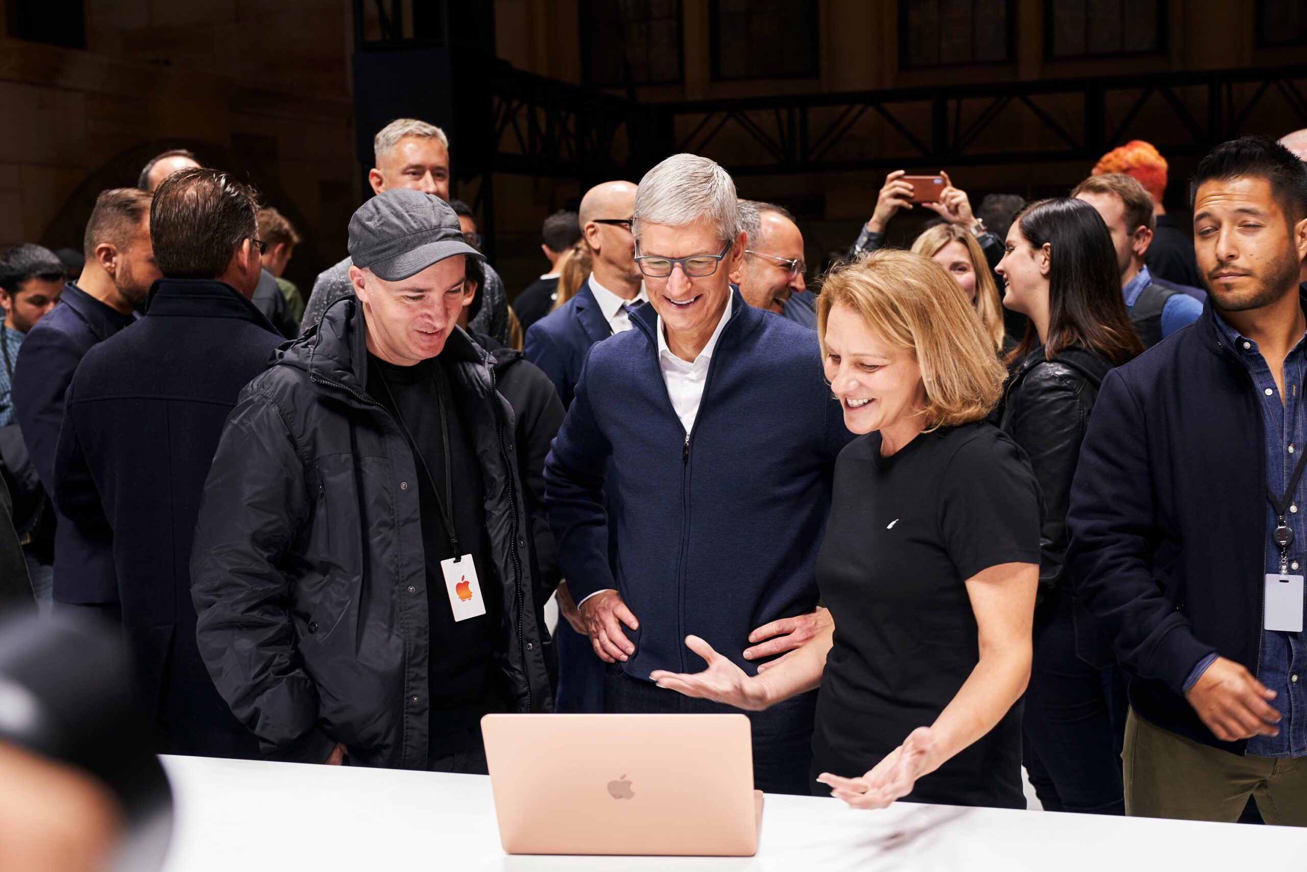 Tim Cook e convidados olhando pro novo MacBook Air em área de hands-on