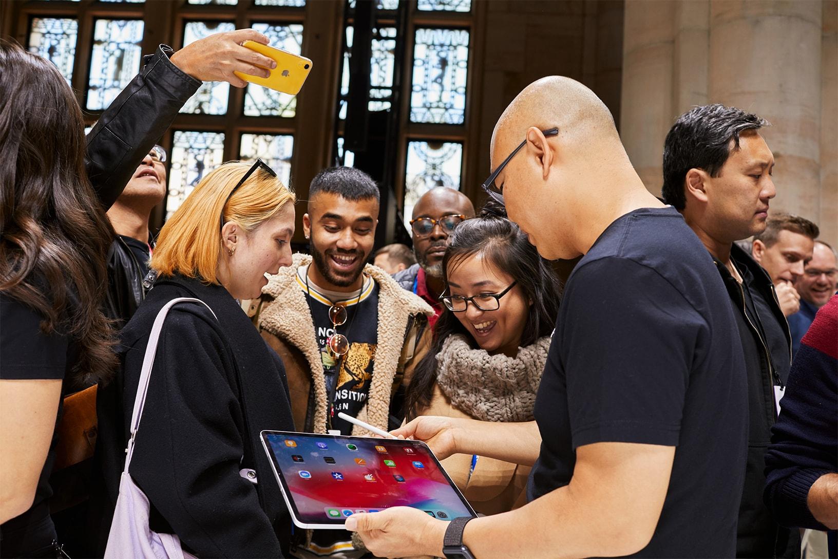 Convidados da keynote conferindo o novo iPad Pro