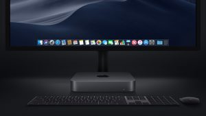 Mac mini cinza espacial com teclado, mouse e monitor pretos