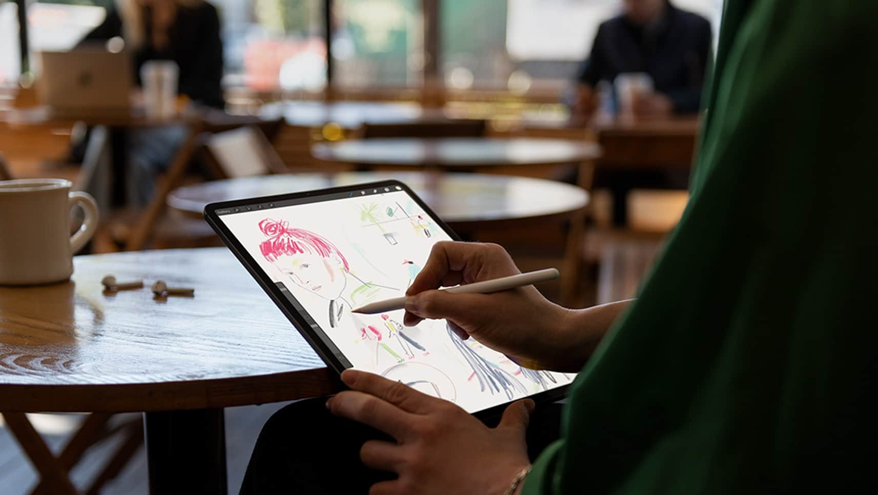 Pessoa desenhando num novo iPad Pro com o Apple Pencil