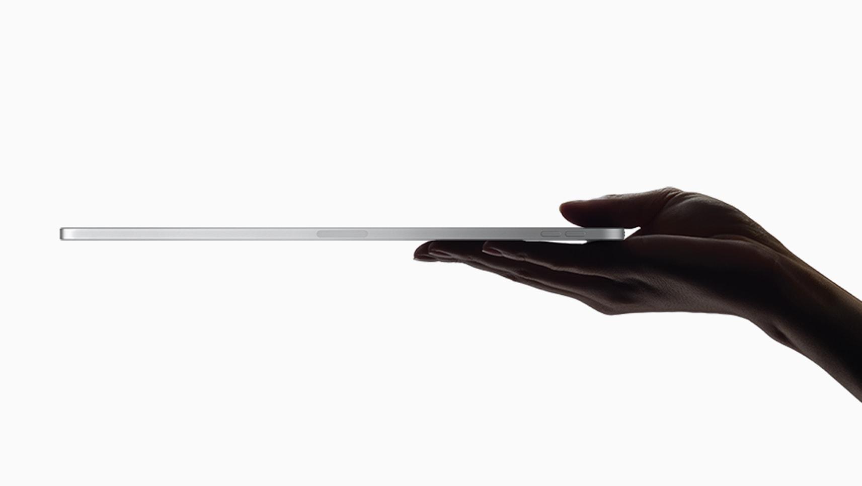Mão segurando o novo iPad Pro bem fino