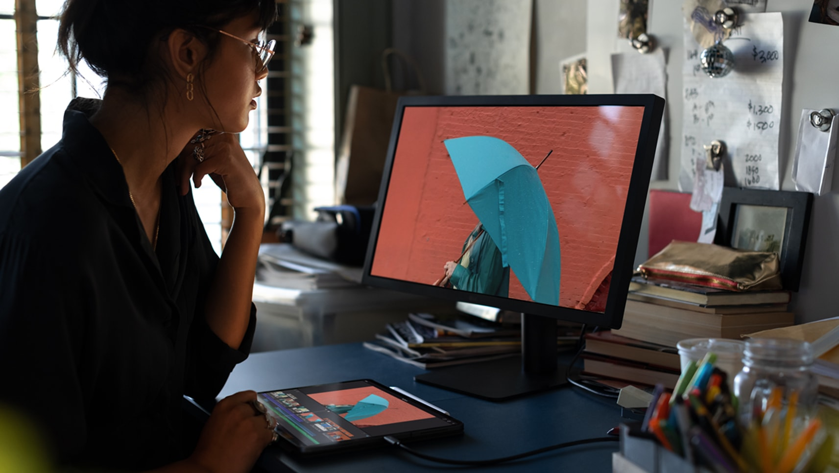 Pessoa trabalhando em novo iPad Pro conectado a monitor externo USB-C
