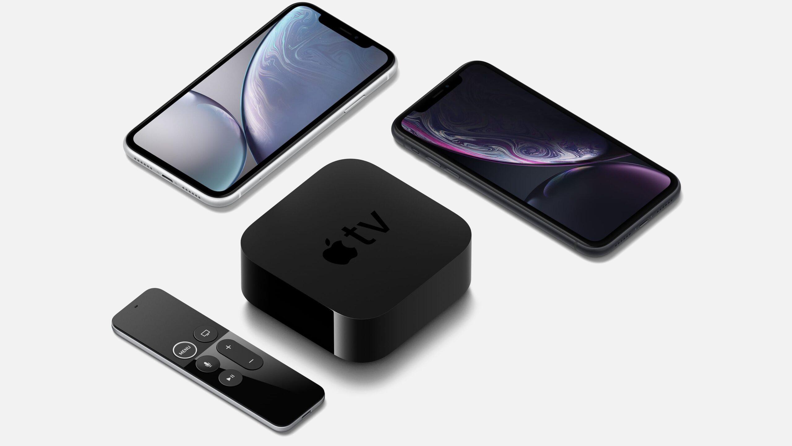 Produtos diversos da Apple em ângulo - iPhone XR branco e preto e Apple TV com Siri Remote