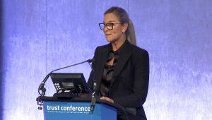 Angela Ahrendts aceitando o Stop Slavery Award